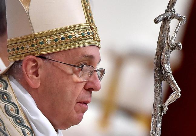 epa04700291 Pope Francis arrives to celebrate the First Vespers in Saint Peter's Church, Vatican City, 11 April 2015.  EPA/ETTORE FERRARI  Dostawca: PAP/EPA.